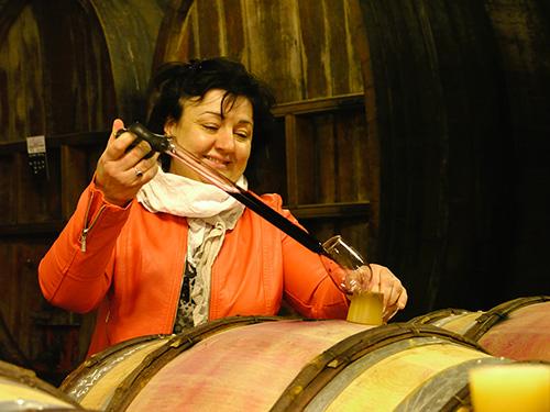 Sylvie à la fois viticultrice oenologue fine gastronome