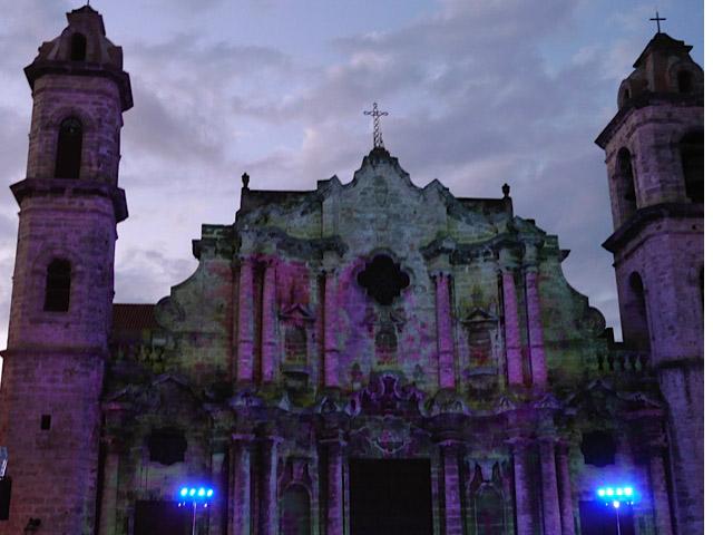 Cuba,-La-havane,-la-cathedrale-d-enuit_Les-Boomeuses