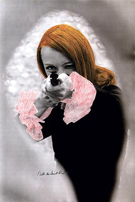Niki de Saint Phalle en train de tirer. Photographie en noir et blanc rehaussée de couleur, extraite du film Daddy. Photo Peter Whitehead.