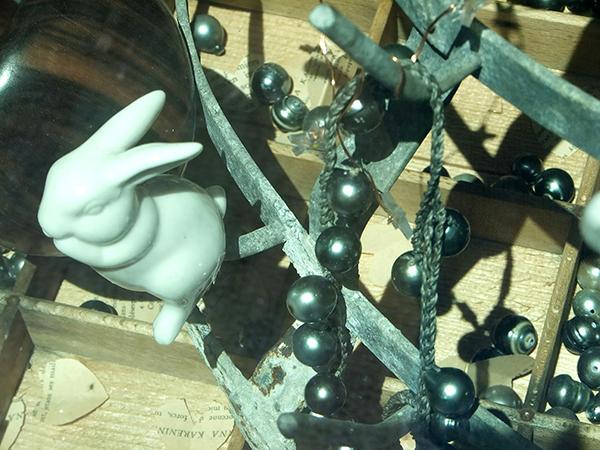 Des colliesrs en perle noires et balnches