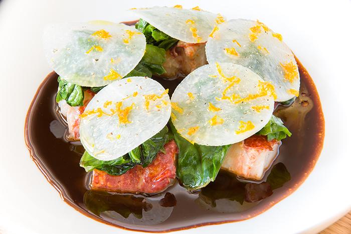 Homard breton rôti au vin rouge, feuilles d'épinard et pétales blancs@-GdeLaubier