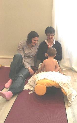 James attend d'être massé par sa mamie sous les yeux attendris de sa maman.