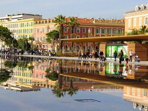 Photo d'immeubles colorés à Nice publiée dans le blog Les Boomeuses