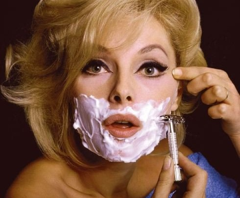 femme qui se rase les poils du menton