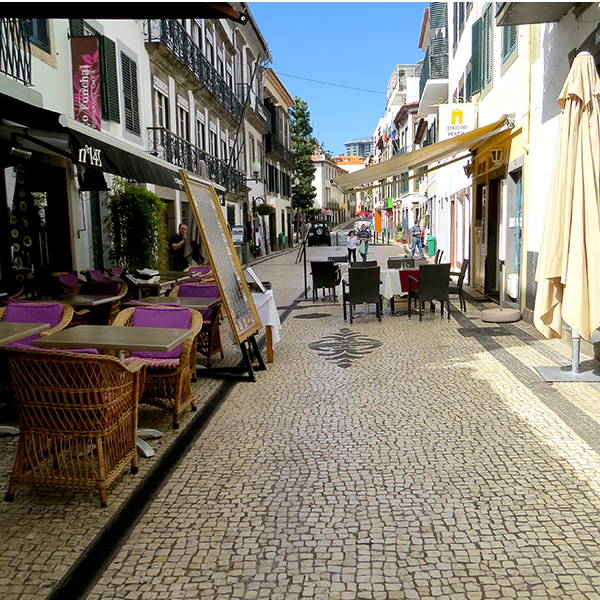 Rue-de-FUNCHAL-MADERE-LES-BOOMEUSES