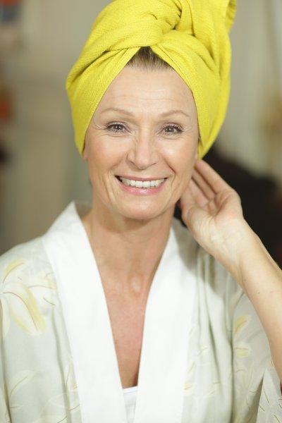 Femme avec une serviette jaune sur la tête, parue dans le magazine en ligne les Boomeuses