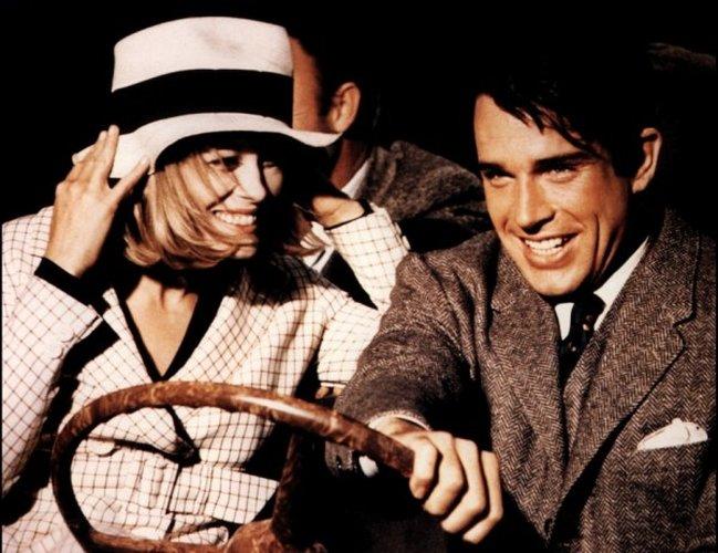 Photo représentant un couple au volant d'une voiture, publiée dans le magazine les Boomeuses