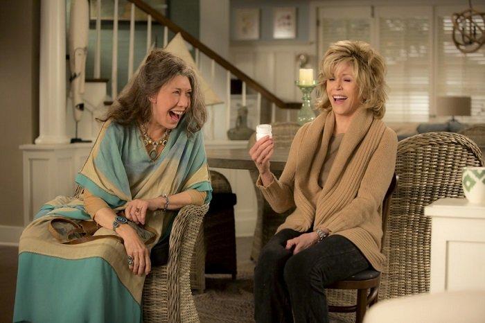 Deux femmes en train de rire ensemble