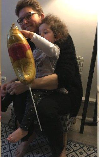 Martine, heureuse de partager cette journée des grands-mères, avec sa petite-fille.