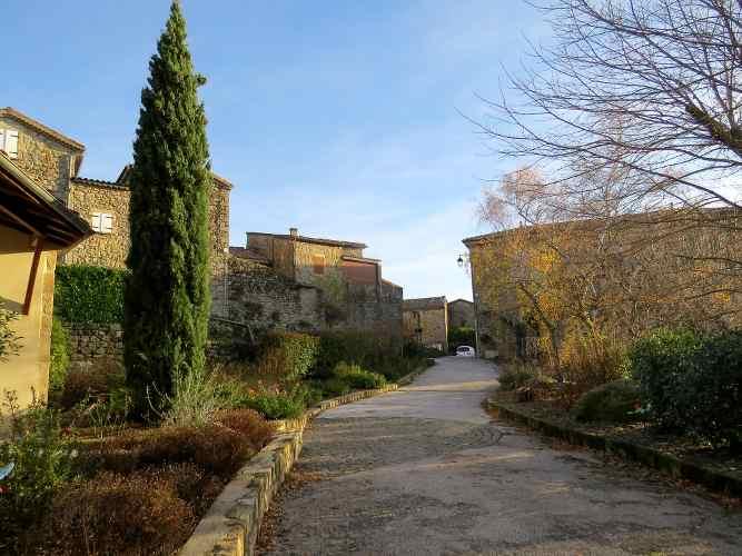 une des rues du village d'Antraigues en Ardèche