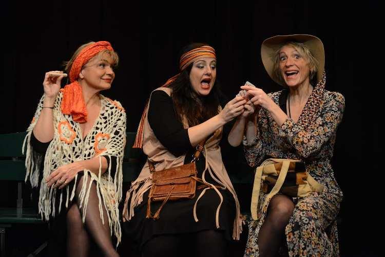 photo du spectacle Et pendant ce temps Simone veille avec les 3 comédiennes sur scène. Article paru dans les Boomeuses magazine