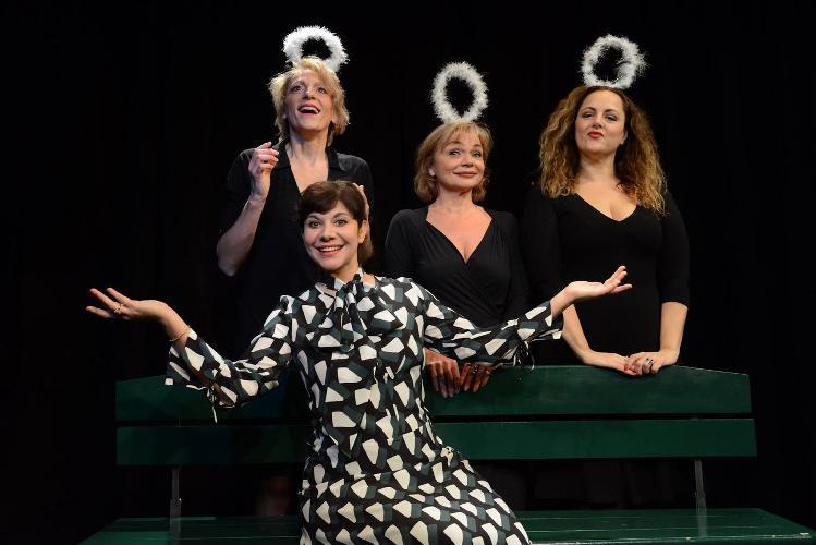 photo du spectacle Et pendant ce temps Simone veille avec les 4 comédiennes sur scène. Article paru dans les Boomeuses magazine