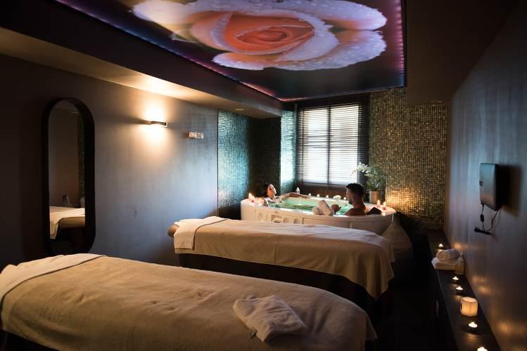 Photo d'un salle de relaxation avec jaccuzzi dans un centre de thalasso
