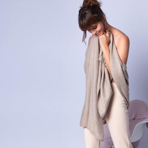 Photo d'une femme tenant un châle en cachemire, paru dans le magazine les boomeuses
