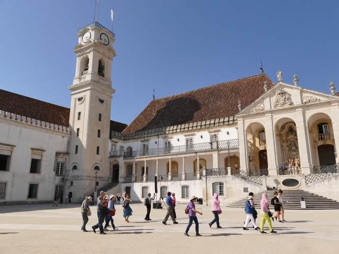 photo de la place de coimbra au portugal et de son université