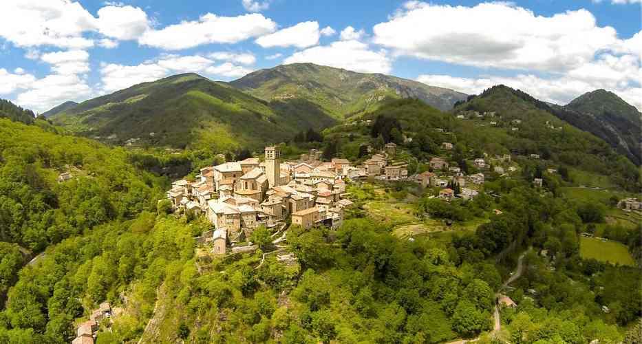 vue panoramique du village d'Antraigues en Ardèche
