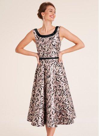 femme portant une robe trapèze sans manche