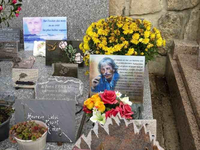 La tombe de jean Ferrat dans le village d'Antraigues