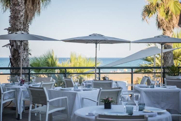 Photo d'une terrasse d'hôtel donnant sur une plage, parue dans le magazine LEs Boomeuses
