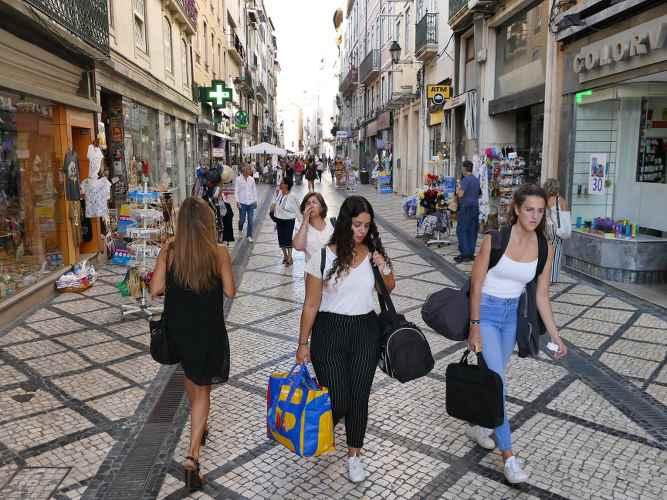 des femmes faisant du shopping dans des ruelles piétonnières au Portugal
