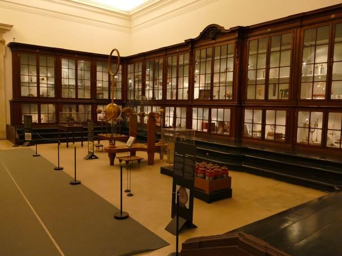 photo représentant une des salles du musée des Sciences et de la Chimie avec des instruments anciens, à Coimbra au Portugal