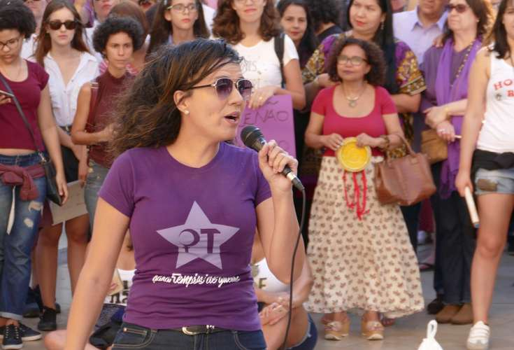 Femme chantant avec un micro dans une rue
