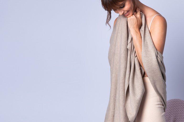 Photo d'une femme portant un châle en cachemire dans la main, article paru dans les Boomeuses magazine