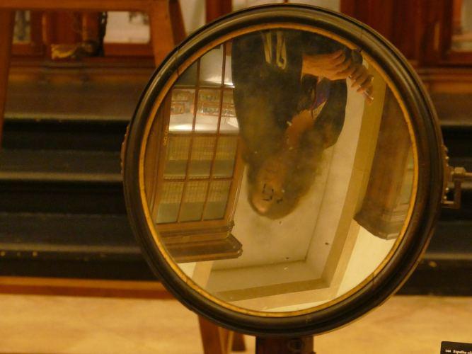 photo d'un miroir grossissant avec reflet d'une femme