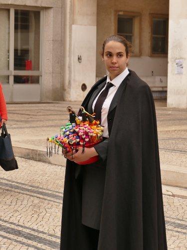 Une étudiante portugaise de l'univesrité de Coimbra en tenue traditionnelle avec une toge noire
