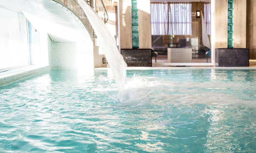 Photo d'une piscine avec un jet d'eau, article thalasso paru dans le magazine les Boomeuses. Photo©Nathalie Hanon.