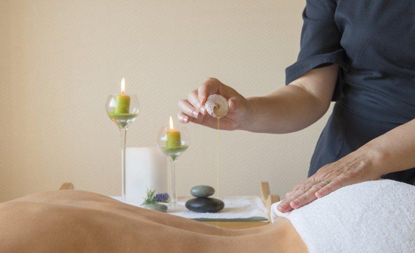 Photo d'une femme faisant un massage aux huiles, article paru dans le magazine les Boomeuses