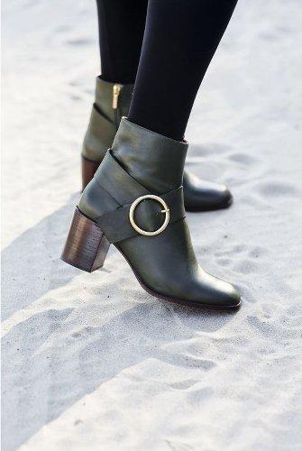 paire de boots noire avec boucle dorée sur le côté