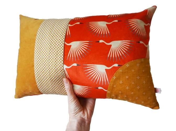 Photo d'un coussin coloré, en velours, paru dans le webmagazine Les boomeuses