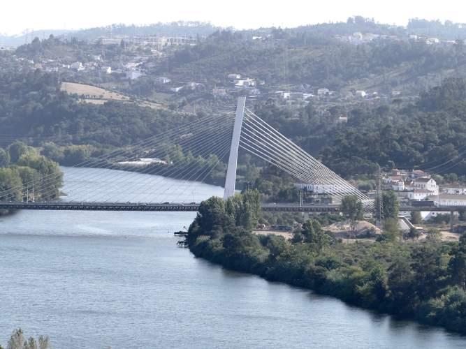 photo représentant un fleuve avec un pont au dessus