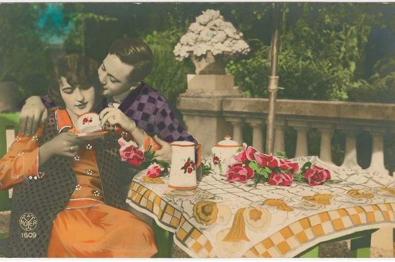 Photo rétro des années 40 avec une femme assisie à un etale et son amoureux a côté d'elle en train de l'embrasser, parue dans le magazine les Boomeuses