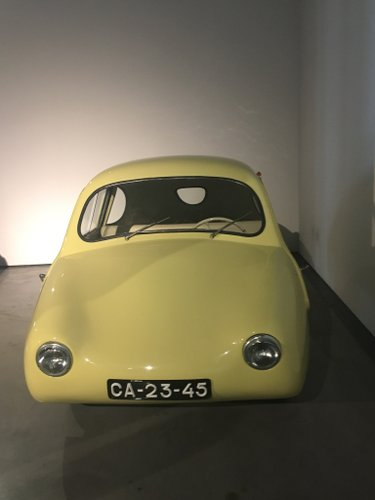 Photo d'un voiture jaune