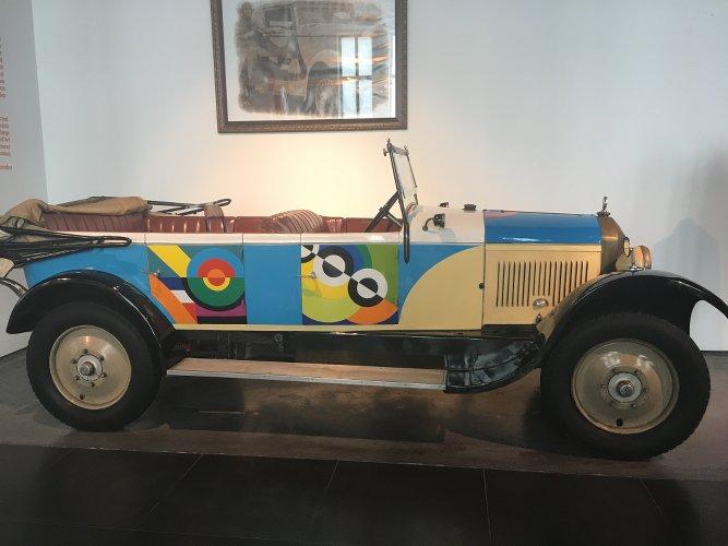 Photo d'une voiture ancienne avec des peintures géométriques du peintre Sonia Delaunay publiée dans les Boomeuses