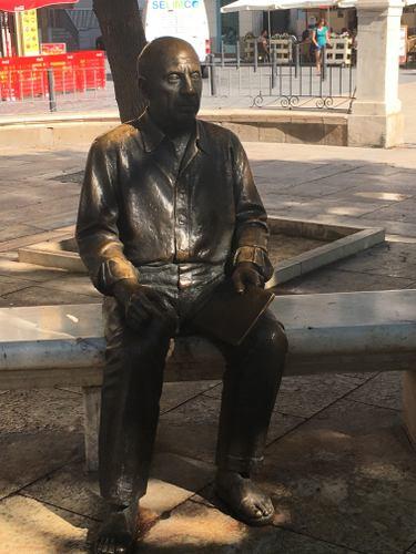 Statue du peintre pablo Picasso assis sur un banc à MLAga