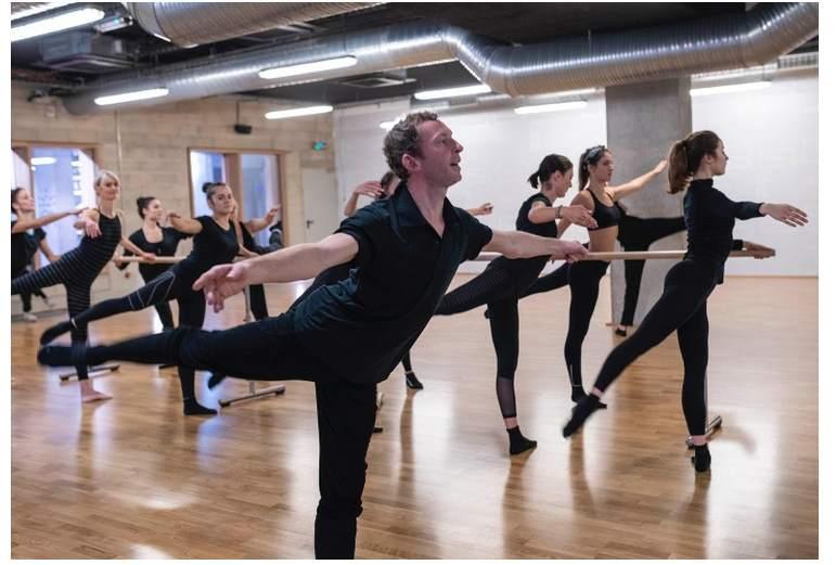 Photo d'un danseur en train de s'exercer à l abarre au sol-les boomeuses.com