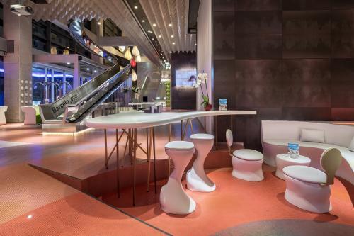 photo du hall de l'hôtel Barcelo malaga avec un énorme toboggan dans le hall