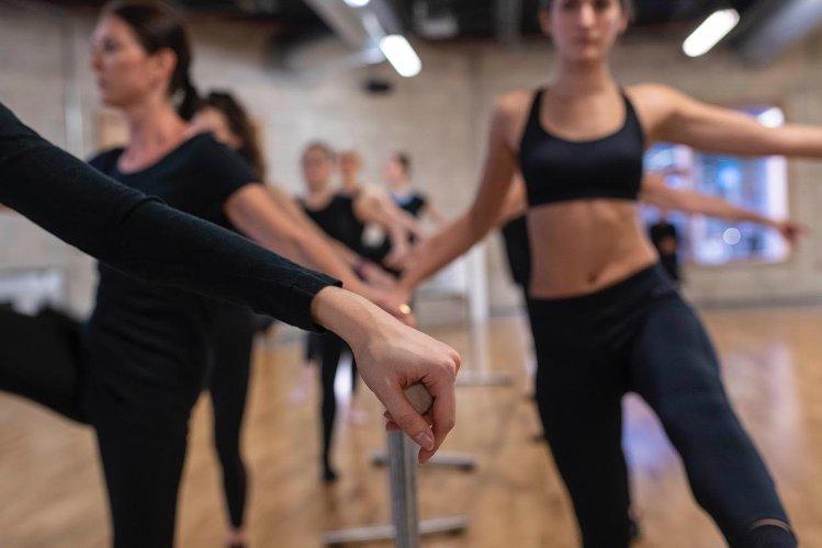 Photo de femmes en train de s'exercer avec une barre au sol, publiée dans le blog les boomeuses