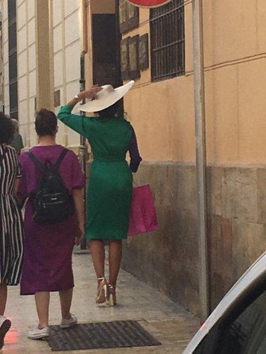 """Photo de """" femmes marchant dans la rue dont une avec un chapeau"""