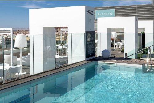 photo d'une piscine sur le toit d'un hôtel