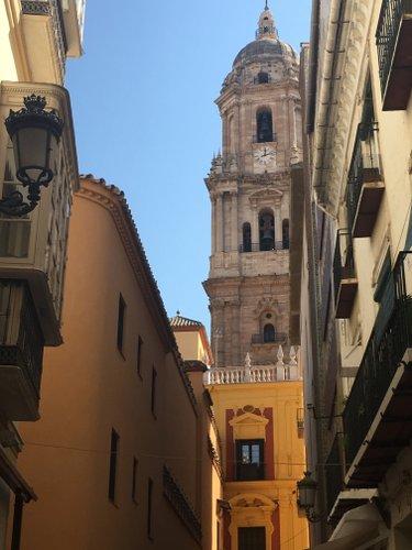 Photo de ruelles avec en fond la cathédrale de Malaga, publiée dans les Boomeuses magazine