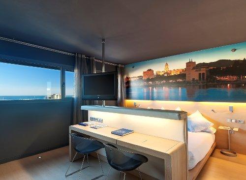 Photo d'une chambre design avec un grand lit