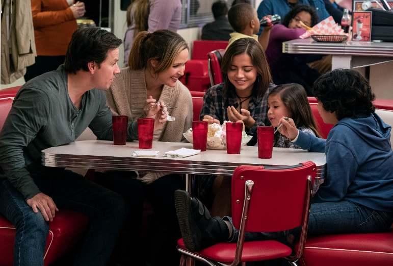 photo d'une famille en train d manger dans un restaurant publiée dans les boomeuses.com