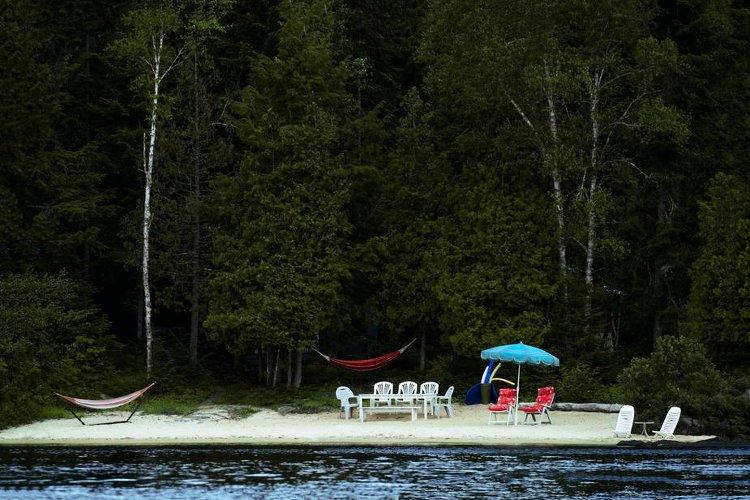 photo montrant des chaises longues et un parasol sur un bout d'ile privée, parue dans le magazine les boomeuses