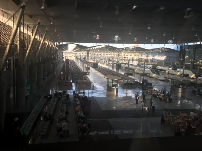 vue des quais d'une gare avec des trains