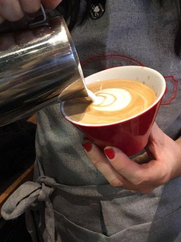 femme préparant un café, photo publiée dans le magazine les boomeuses