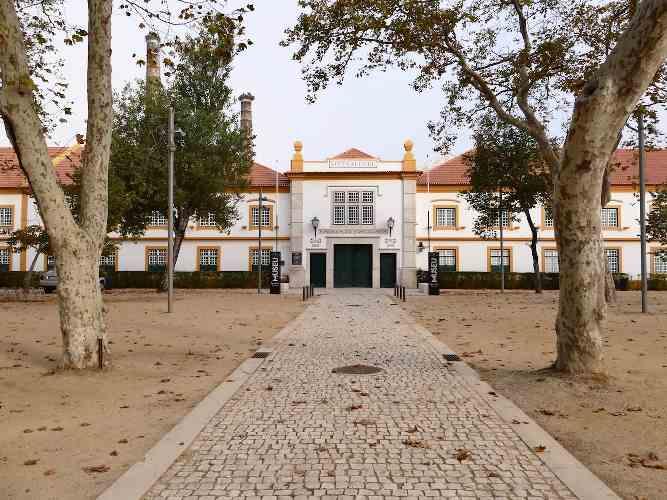 photo d'un bâtiment blanc au portugal, publiée dans le magazine les Boomeuses
